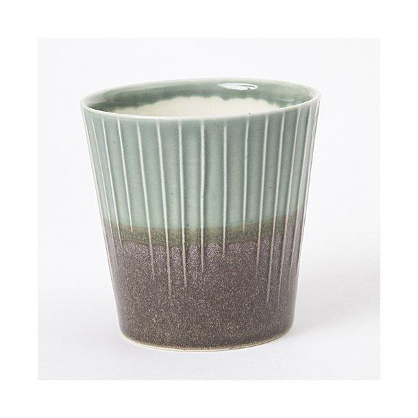 Clib Klap - Keramik håndlavet kop, lodrette riller, mørkebrun og lysegrøn, mellem