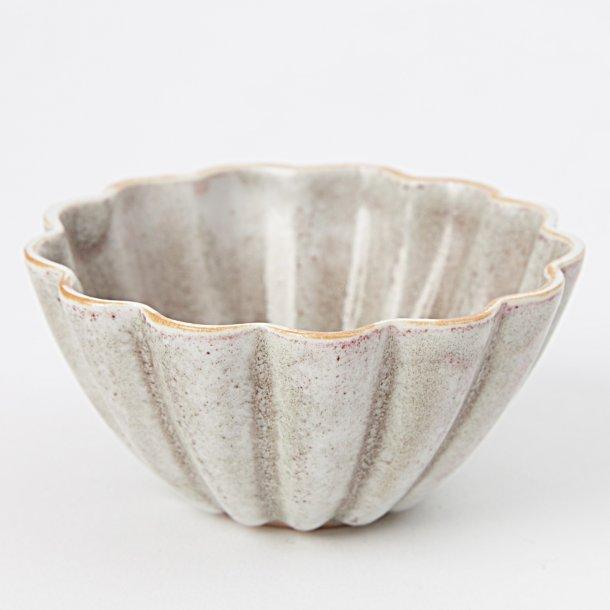Hanne Bertelsen - Keramik håndlavet skål Rille blomst lille, lys grå med rød