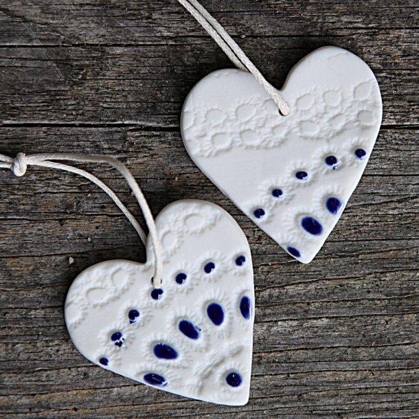 Jeanette Hiiri - Keramik håndlavet julehjerte med unikt mønster lille, hvid og blå