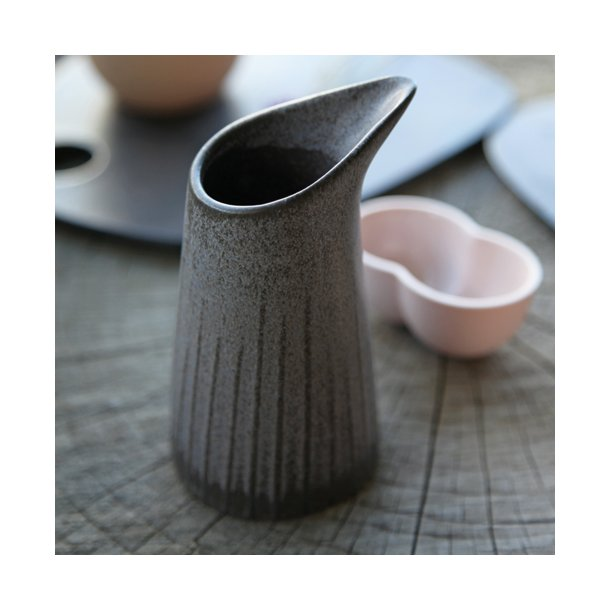 Clib Klap - Keramik håndlavet kande, mælkekande med riller, mørk